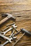 Équipement et outils sur le vieux plancher en bois Photographie stock