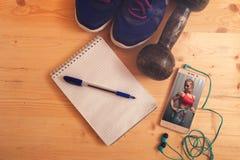 Équipement et smartphone de forme physique sur la table Photos libres de droits