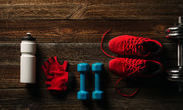 Équipement et suppléments de forme physique de vue supérieure sur le plancher en bois en GY Photos libres de droits