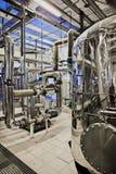 Équipement et tuyauterie comme trouvé à l'intérieur de la centrale thermique industrielle images stock