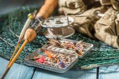 Équipement fait main pour pêcher avec des mouches, des flotteurs et des tiges Images libres de droits