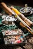 Équipement fait main pour pêcher avec la canne à pêche et les attraits Photos stock