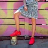 Équipement femelle de style de rue à la mode avec les espadrilles et le tenue décontractée rouges de sport Photo libre de droits