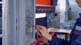 Équipement industriel moderne Le travailleur actionne le panneau d'affichage industriel de contrôle banque de vidéos