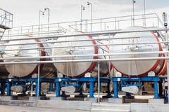 Équipement industriel technologique moderne d'usine de vin grand photographie stock