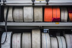 Équipement industriel, tuyaux d'incendie de diverses caractéristiques et utilisations sur des camions de pompiers photo stock