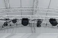 Équipement léger d'étape avant concert projecteurs sur le lighti d'étape Image libre de droits