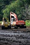 Équipement lourd sur un chantier boueux Image stock