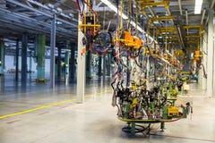 Équipement moderne dans l'usine produisant des voitures photographie stock libre de droits