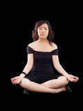 Équipement noir méditant de pose de jeune femme asiatique Images stock