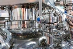 Équipement pharmaceutique, beaucoup de mamelons en métal et brides Image stock