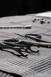 Équipement piercing de corps sur un tapis stérile dans une boutique de tatouage Images libres de droits