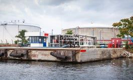 Équipement pour des bateaux-citerne chargeant sur la côte de la Mer Noire Images libres de droits