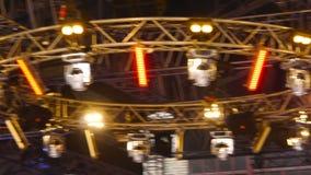 Équipement pour l'éclairage d'étape Effet de la lumière d'étape en obscurité clips vidéos