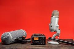 Équipement pour l'enregistrement audio de champ sur le fond rouge photos stock