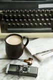 Équipement pour le journaliste, le redacteur publicitaire, l'auteur ou le poète pour une tasse de café photos stock