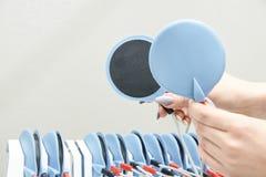 Équipement pour le régime Gros electrostimulation Dispositif chez la main des femmes Photos stock
