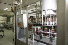 Équipement pour les bouteilles remplissantes d'ANIMAL FAMILIER de bière ou de soude Photo stock