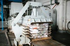 Équipement pour presser des déchets de papier à une installation de triage de rebut images stock