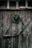 Équipement professionnel de chasseurs pour la chasse Fusil, chapeau, sac et d'autres sur un fond noir en bois photos libres de droits