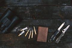 Équipement professionnel de chasseurs pour la chasse Fusil, couteaux, sculps de trophée, munitions, et d'autres sur un fond noir  photo stock