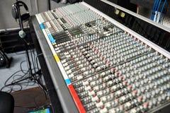 Équipement professionnel de musique dans le studio d'enregistrement image stock