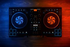 Équipement réglé moderne noir de mélangeur de plaque tournante du DJ dans des lumières de couleur 3 Photographie stock libre de droits