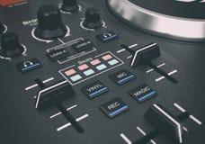 Équipement réglé moderne noir de mélangeur de plaque tournante du DJ rendu 3d Photographie stock