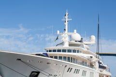 Équipement satellite sur le yacht privé énorme Photos libres de droits