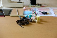 équipement sur le bureau de couturier dans le studio chose de conception dedans à Images stock