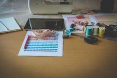 équipement sur le bureau de couturier dans le studio chose de conception dedans à Photos libres de droits