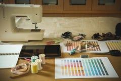 équipement sur le bureau de couturier dans le studio chose de conception dedans à Photographie stock