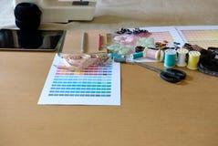 équipement sur le bureau de couturier dans le studio chose de conception dedans à Photo stock