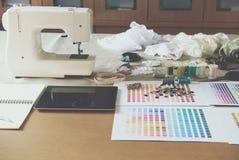 équipement sur le bureau de couturier dans le studio chose de conception dedans à Photos stock