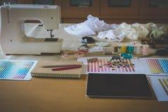 équipement sur le bureau de couturier dans le studio chose de conception dedans à Photo libre de droits