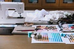 équipement sur le bureau de couturier dans le studio chose de conception dedans à Images libres de droits
