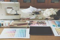 équipement sur le bureau de couturier dans le studio chose de conception dedans à Photographie stock libre de droits