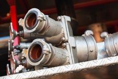 Équipement sur le camion de pompiers rouge Bouches d'incendie de l'eau Image stock