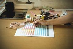 équipement sur le couturier travaillant dans le studio avec l'équipement o Photo libre de droits