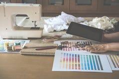 équipement sur le couturier travaillant dans le studio avec l'équipement o Photographie stock libre de droits