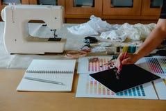 équipement sur le couturier travaillant dans le studio avec l'équipement o Photographie stock