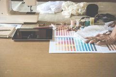 équipement sur le couturier travaillant dans le studio avec l'équipement o Images stock