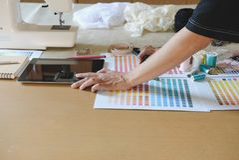 équipement sur le couturier travaillant dans le studio avec l'équipement o Image stock