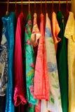 Équipements colorés d'été accrochant dans un cabinet image libre de droits