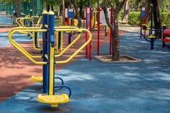 Équipements d'exercice en parc public images stock