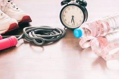 Équipements de sport et bouteille de l'eau avec la mesurer-bande, la séance d'entraînement et sain Image stock