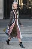 Équipements de style de rue à la semaine de mode de Paris image stock