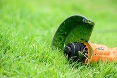 Équipements de trimmer sur l'herbe Photos stock