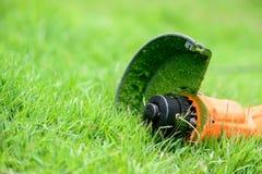 Équipements de trimmer sur l'herbe Images stock