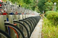 Équipements de vélo public et affichage de location des plans rapprochés de bicyclette Image libre de droits
